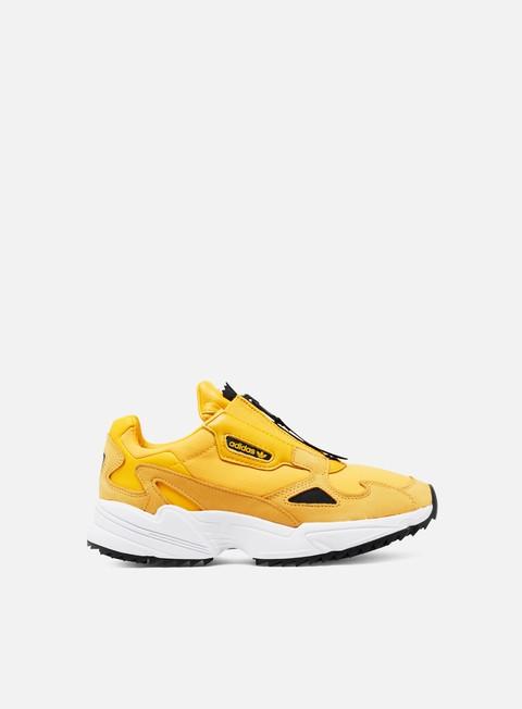 adidas originals falcon sneaker in weiß und gold